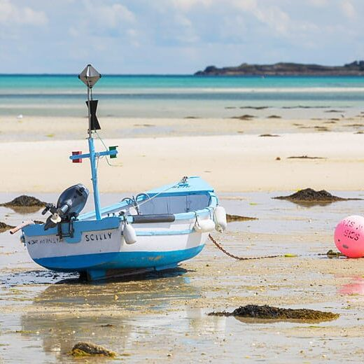 United Kingdom, England, Cornwall, Isles of Scilly, Boat at low tide, St Martin's island